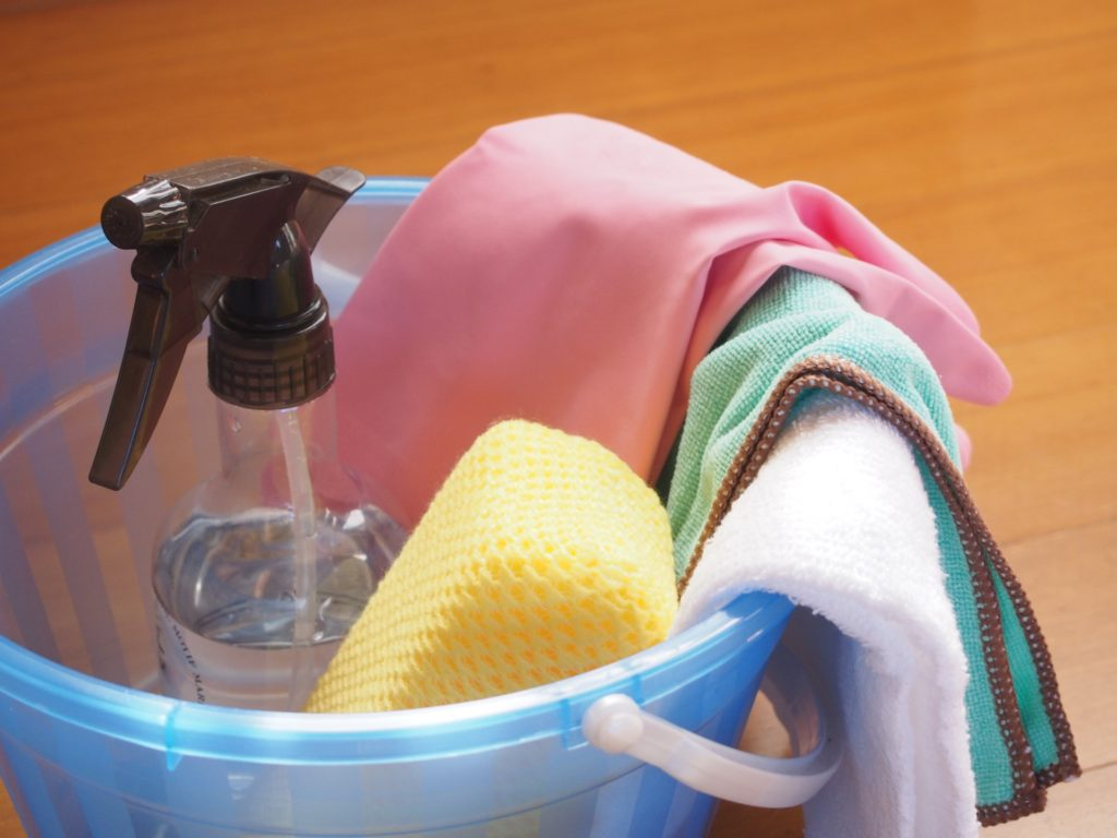 洗剤と掃除道具の写真