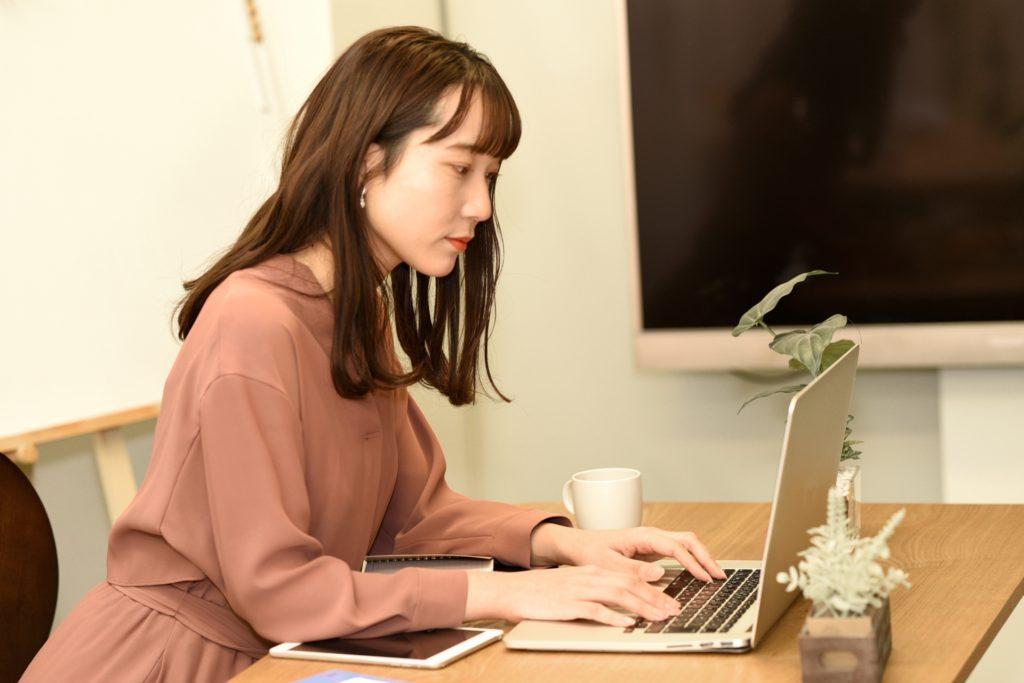 パソコンを見る女性の写真