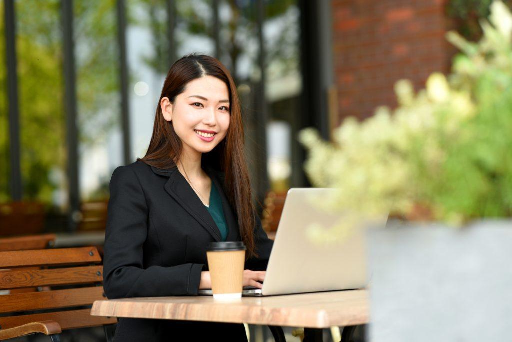 カフェでパソコンをする女性の写真