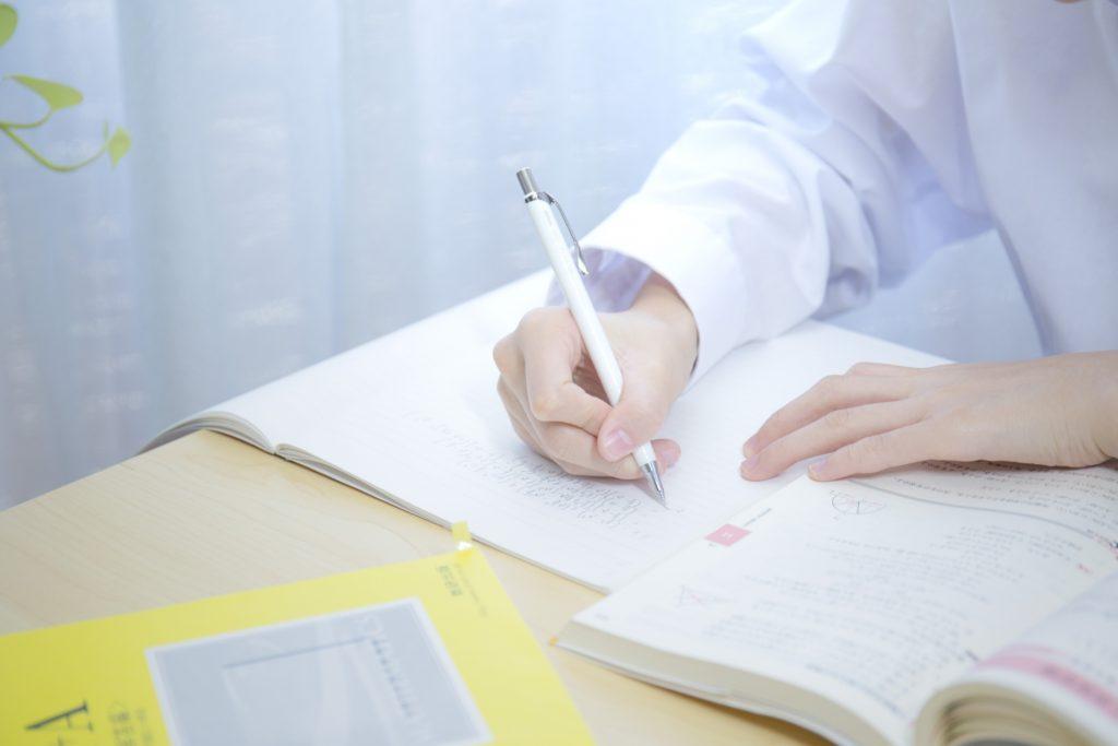 勉強をする人の写真