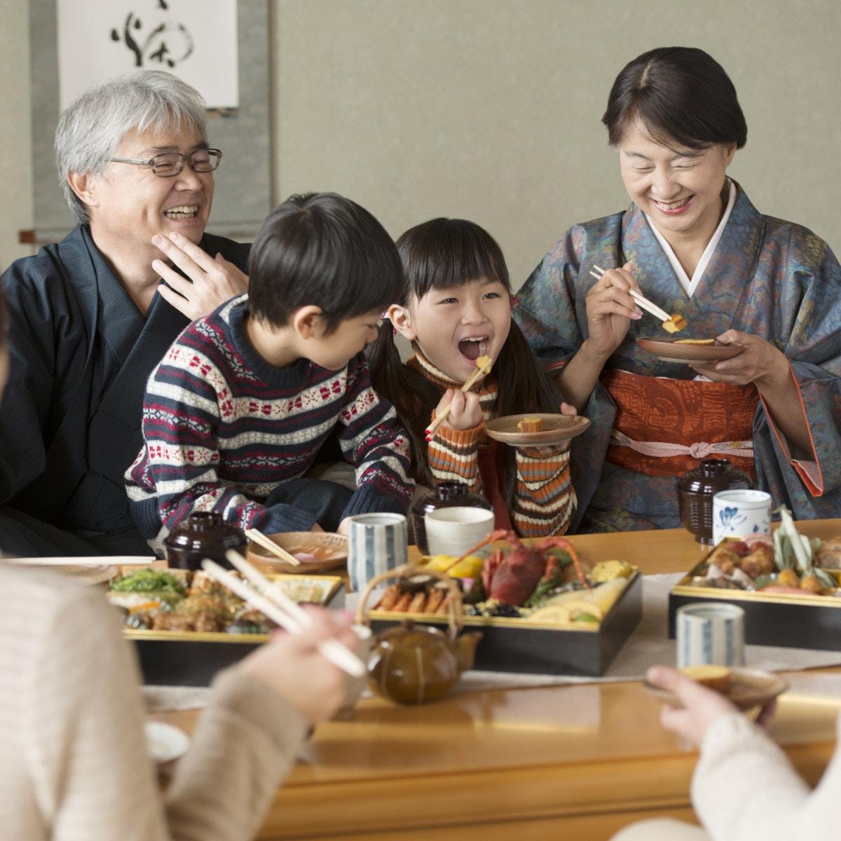 祖父母と食事を楽しむ孫たち