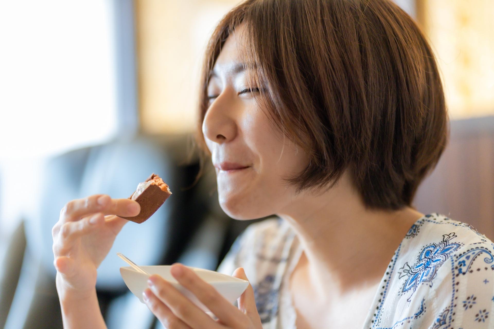 チョコを食べる女性