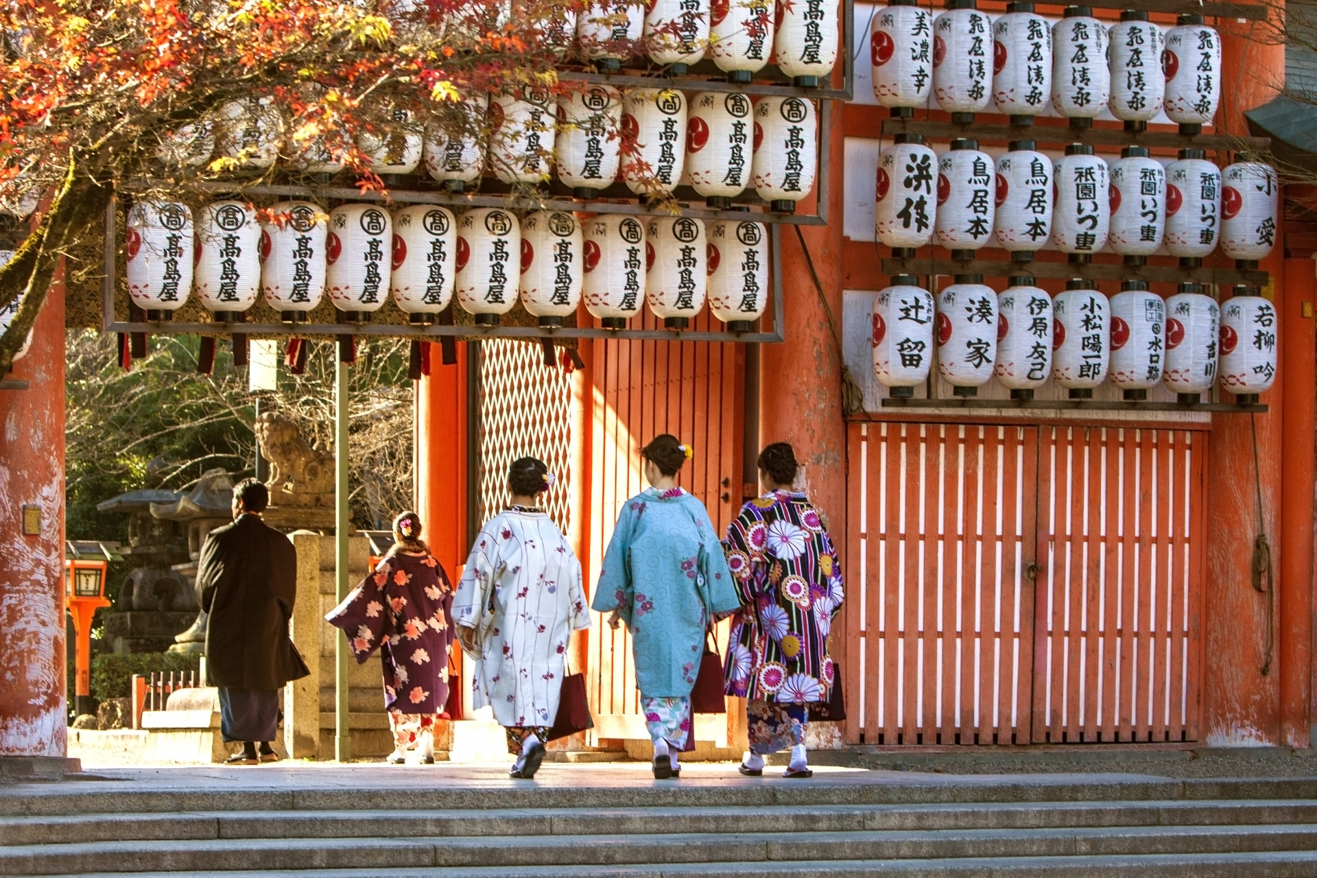 初詣に出かける女性3人