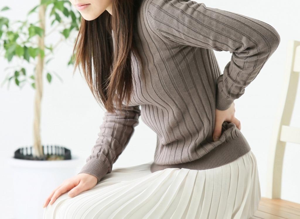 腰を触る女性