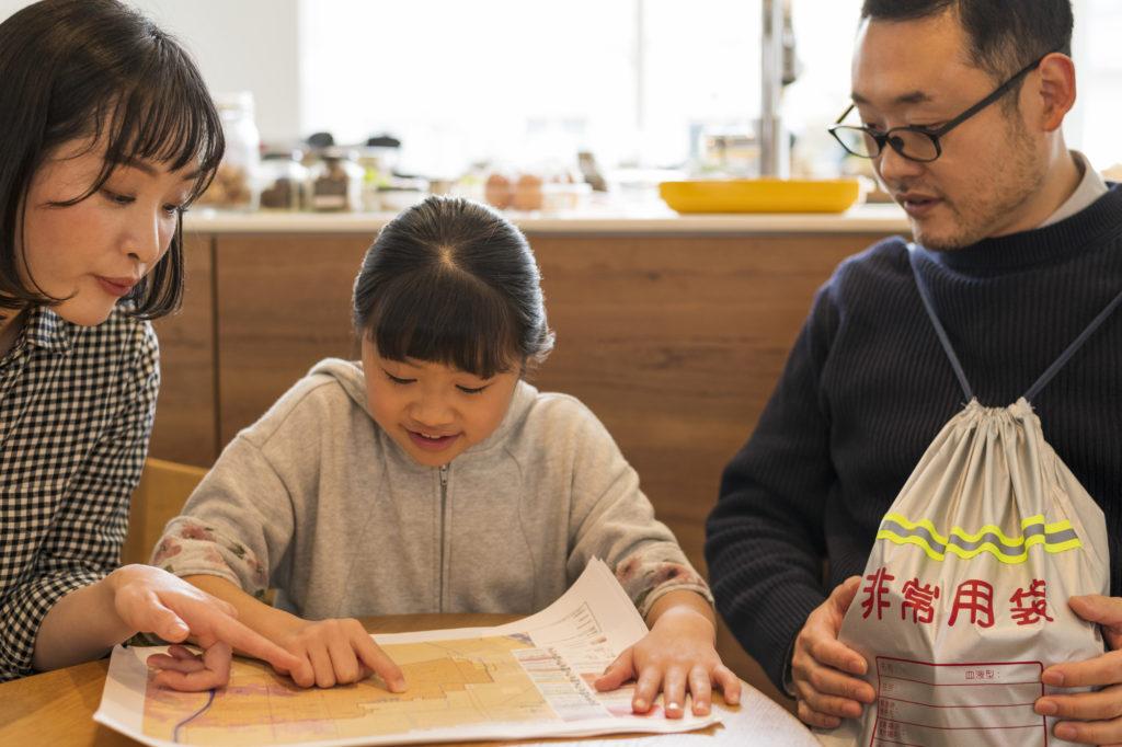 防災を計画する家族