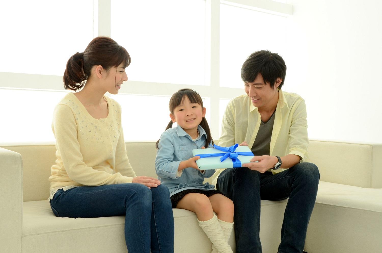 プレゼントを渡す子供
