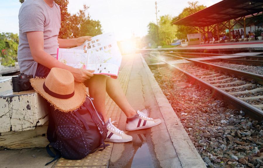 電車を待つ旅行者