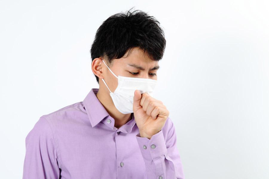 咳き込む男性