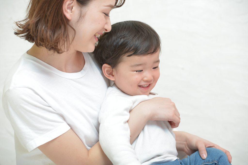 ママと微笑む男の子