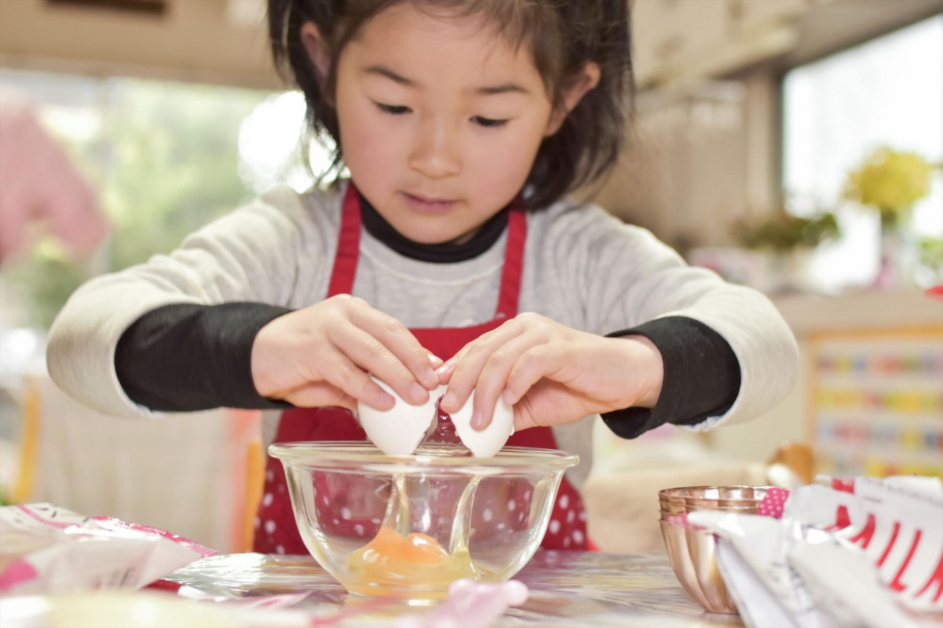 卵を割る女の子
