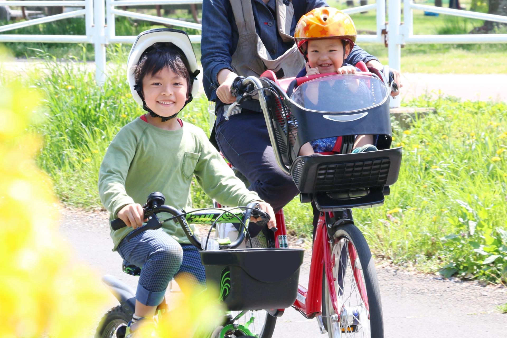 親子でサイクリングを楽しむ