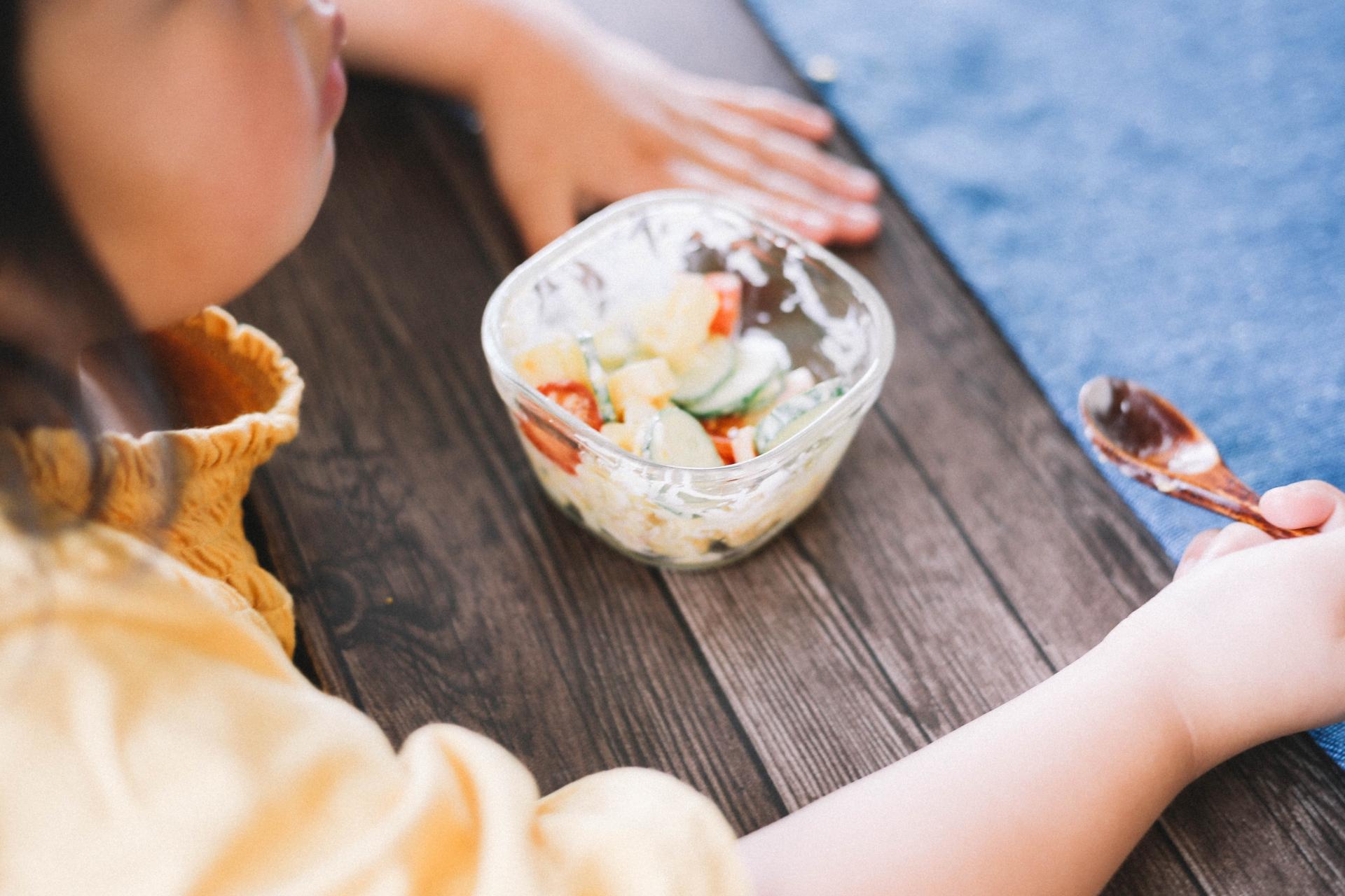 サラダを食べる幼児