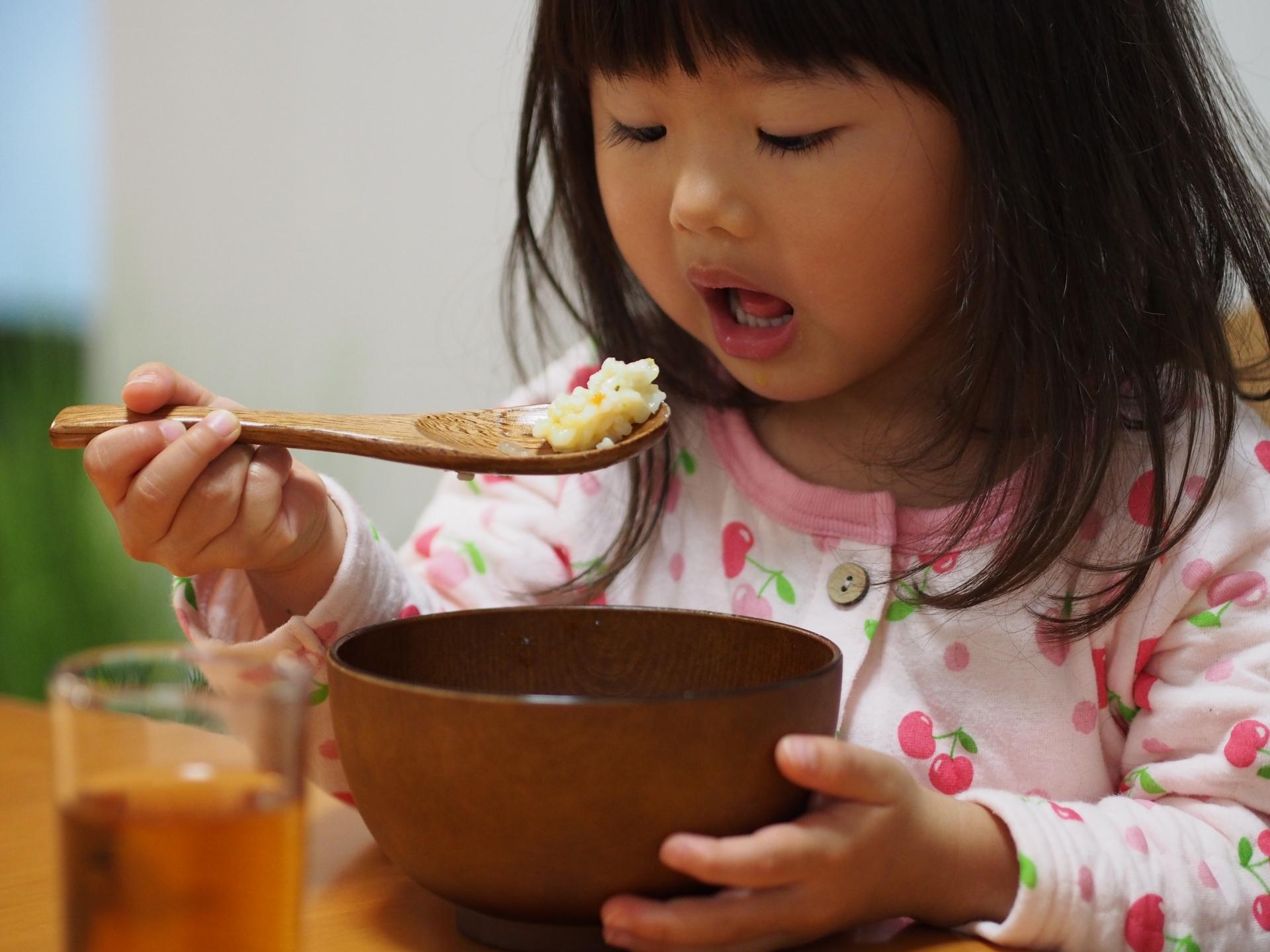 夕飯を食べる女の子