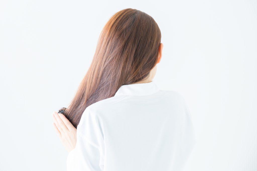 髪の毛をとかす女性の写真