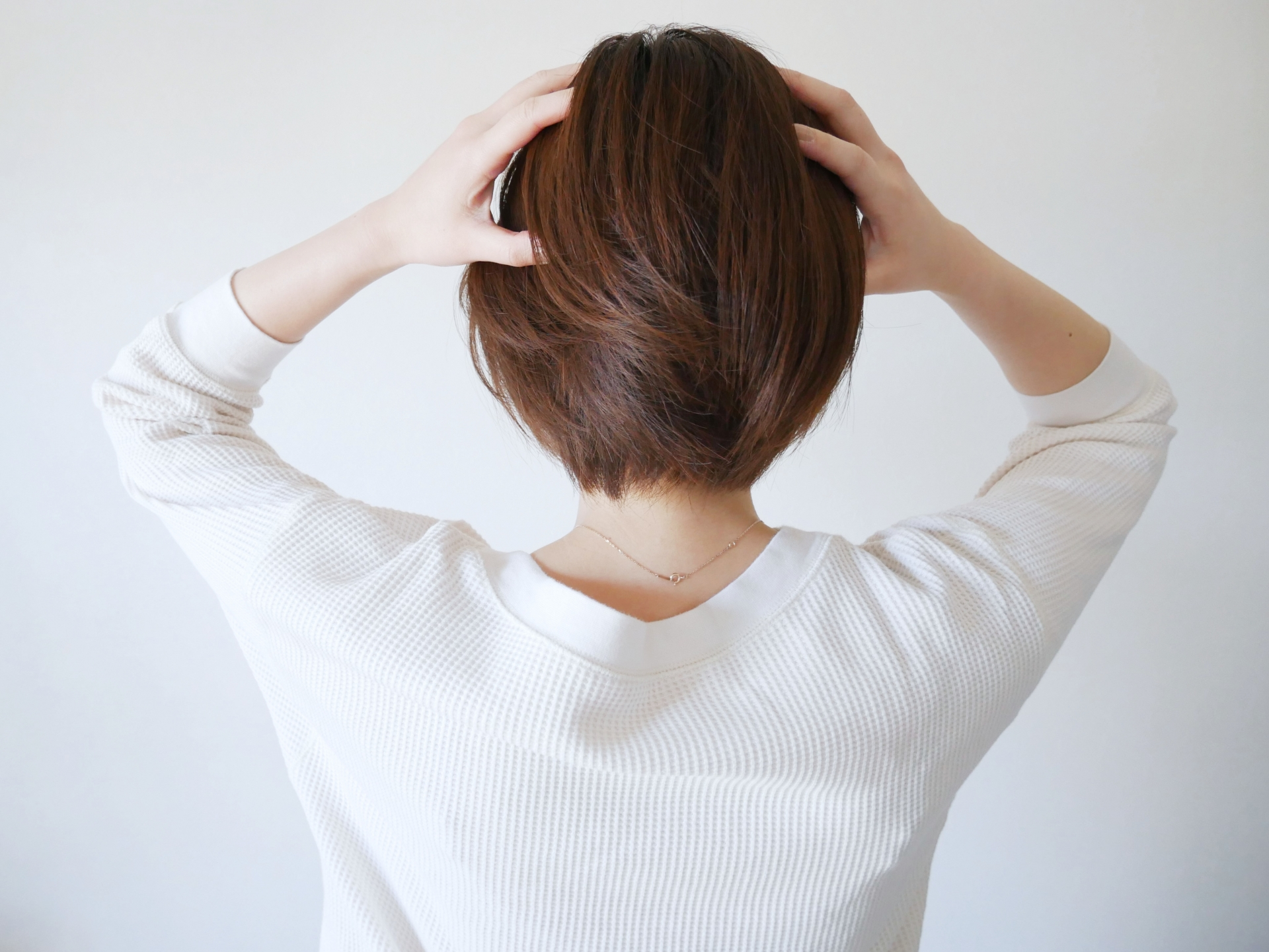 頭皮の痒みを気にする女性