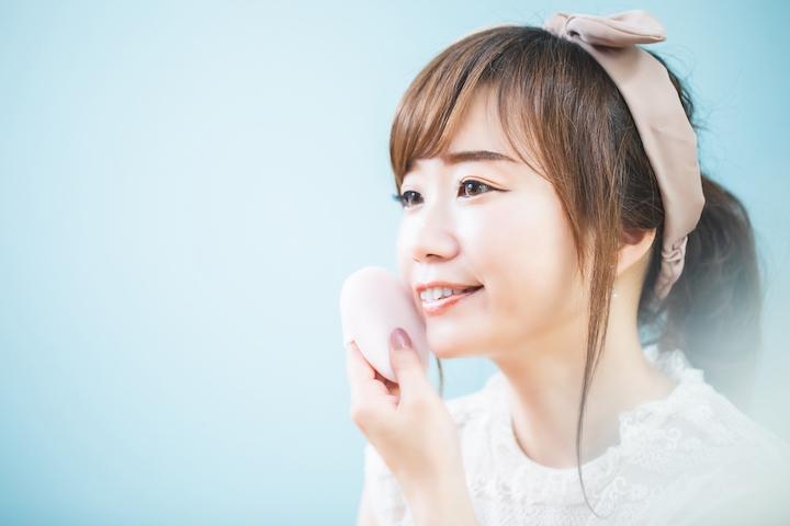 化粧をする女性の写真