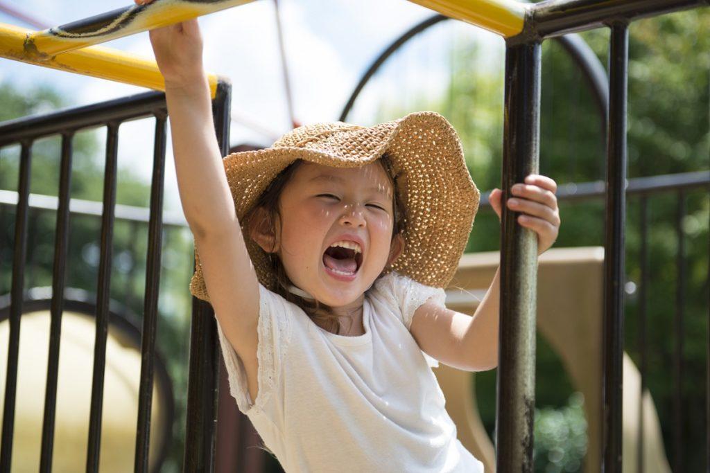 元気いっぱい公園で遊ぶ女の子