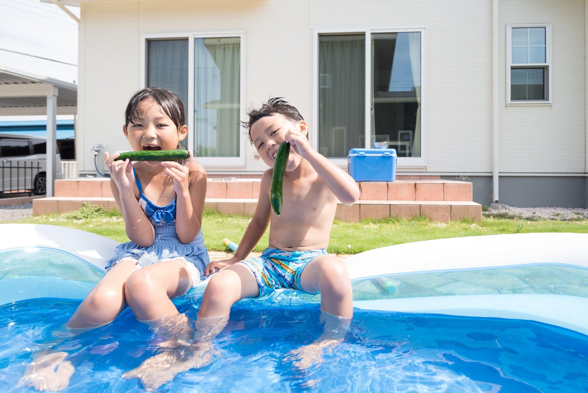 きゅうりをプールで食べる兄弟