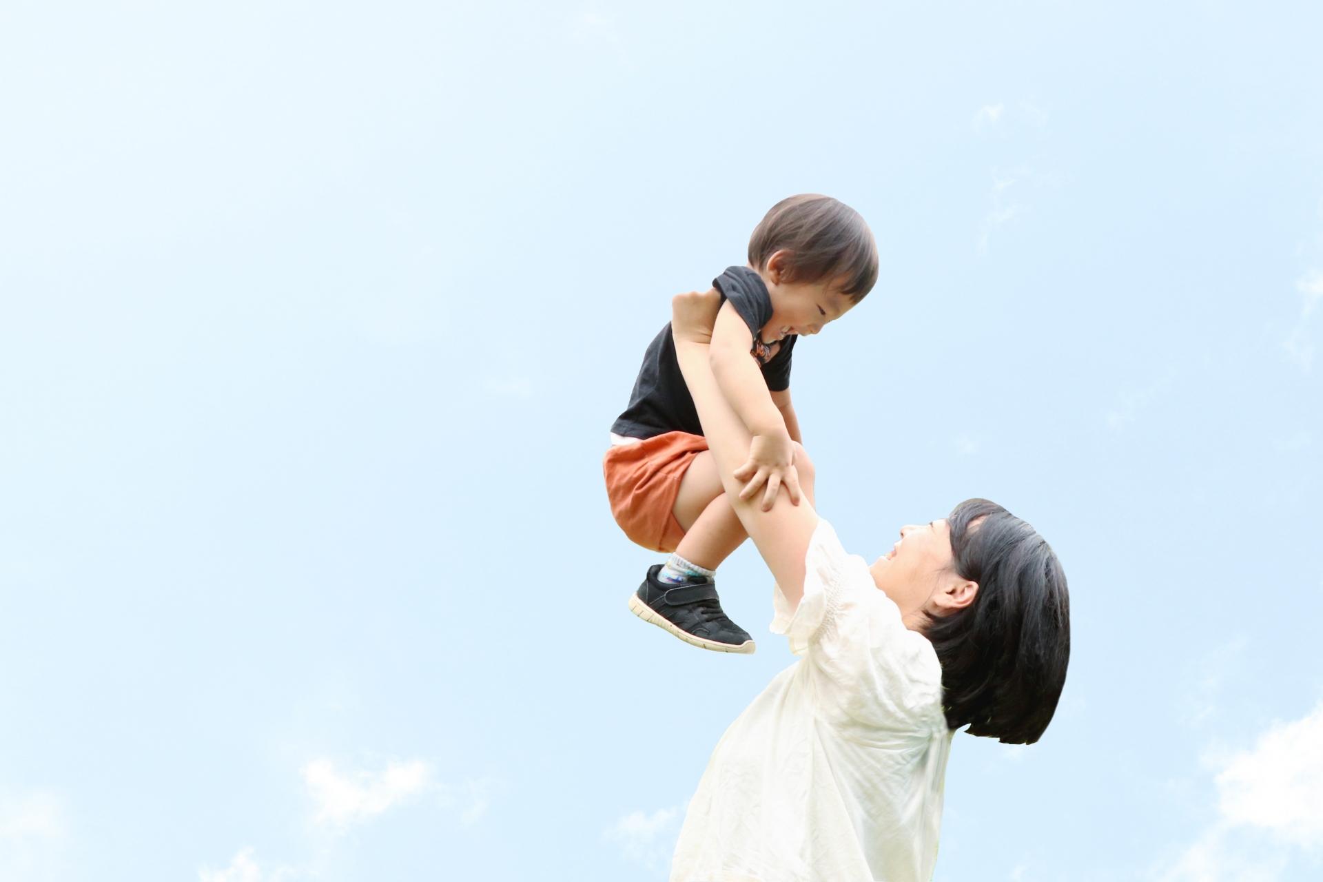 子どもを抱きかかえるお母さん