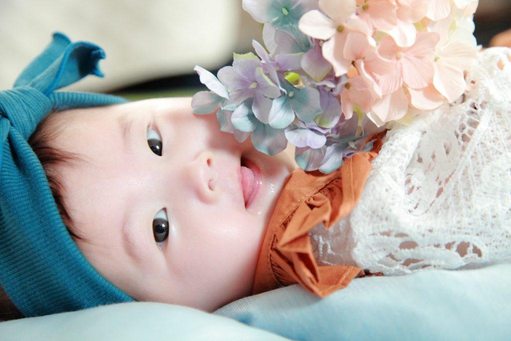 赤ちゃんがお花を持つ写真