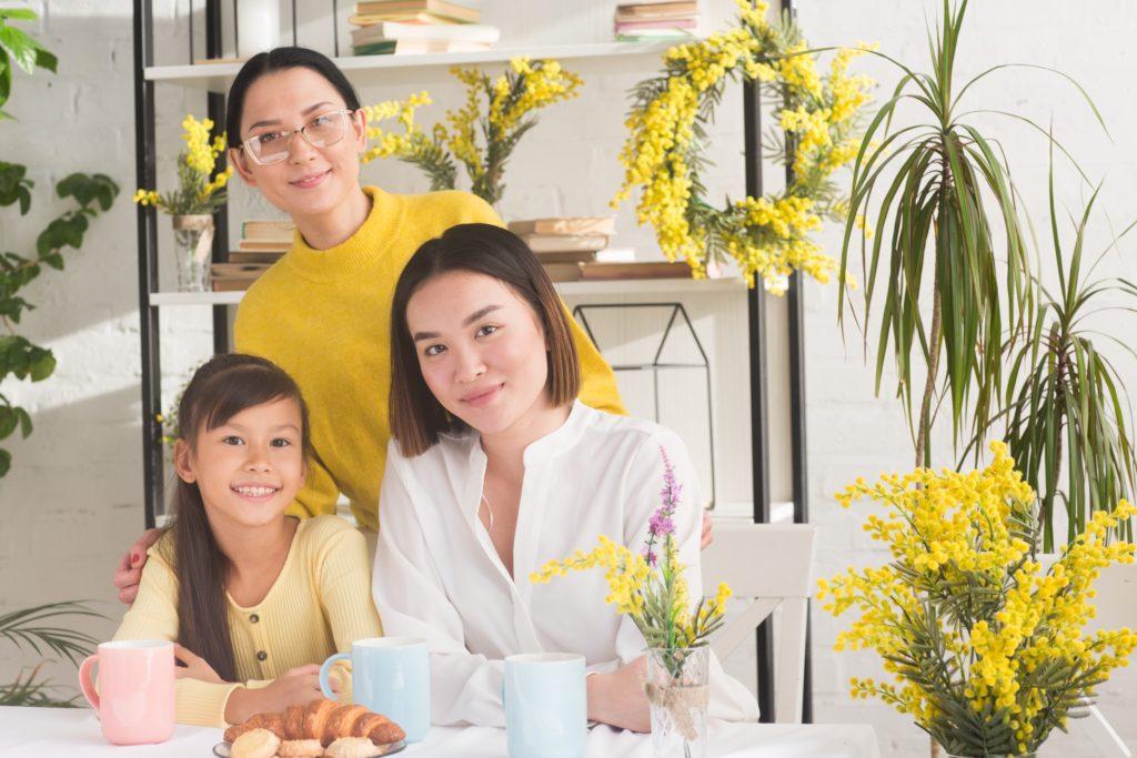 お花に囲まれた家族の写真
