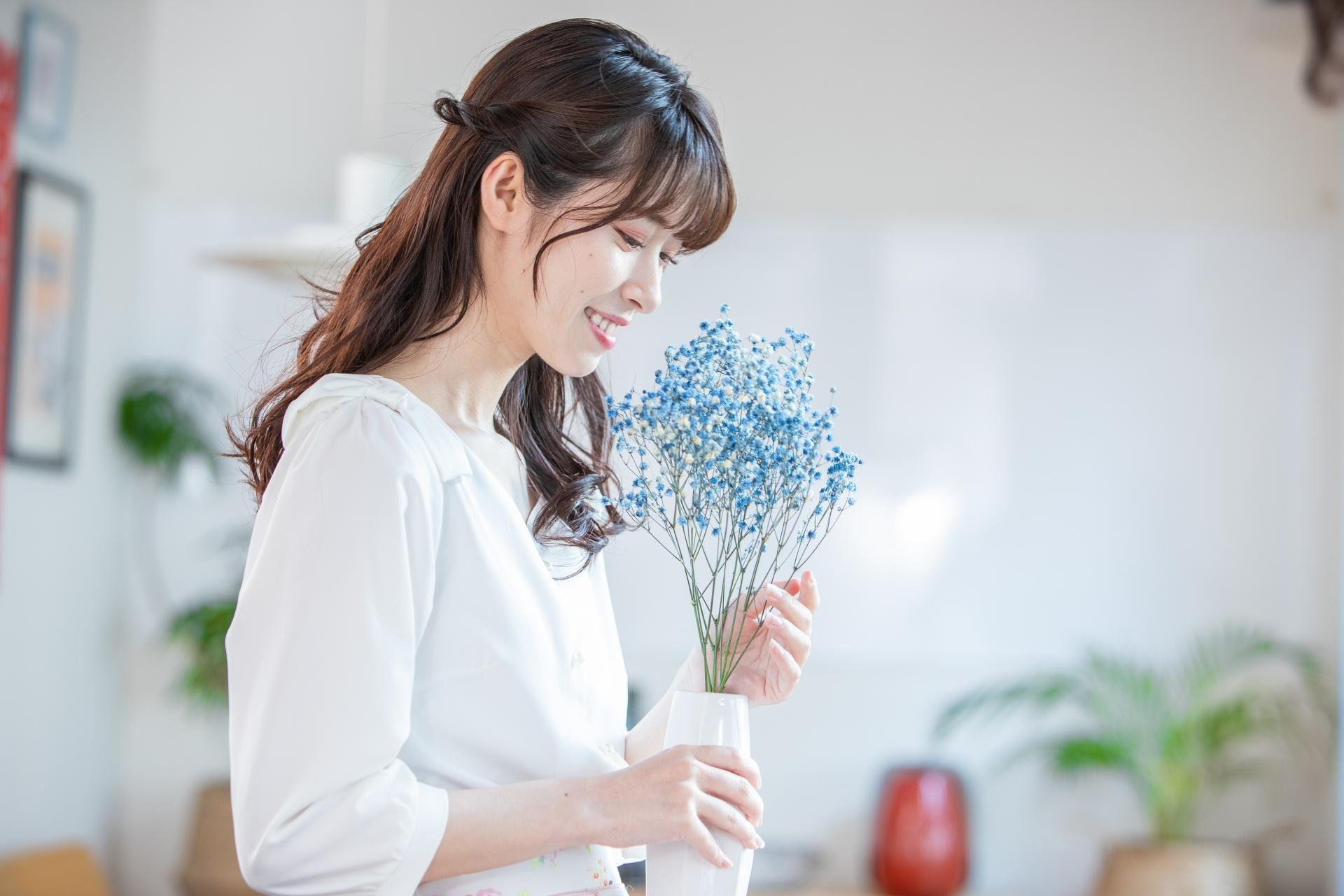 お花を飾る女性の写真