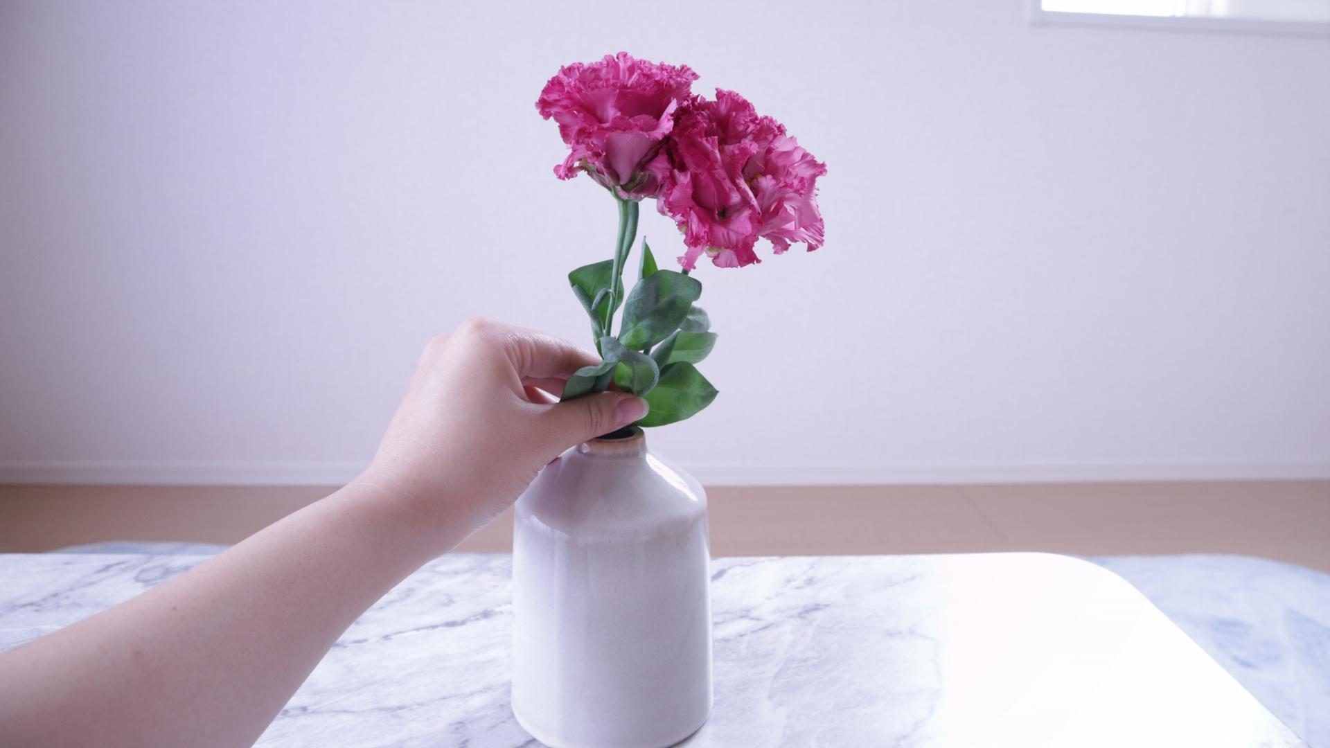 花瓶にお花を入れている写真