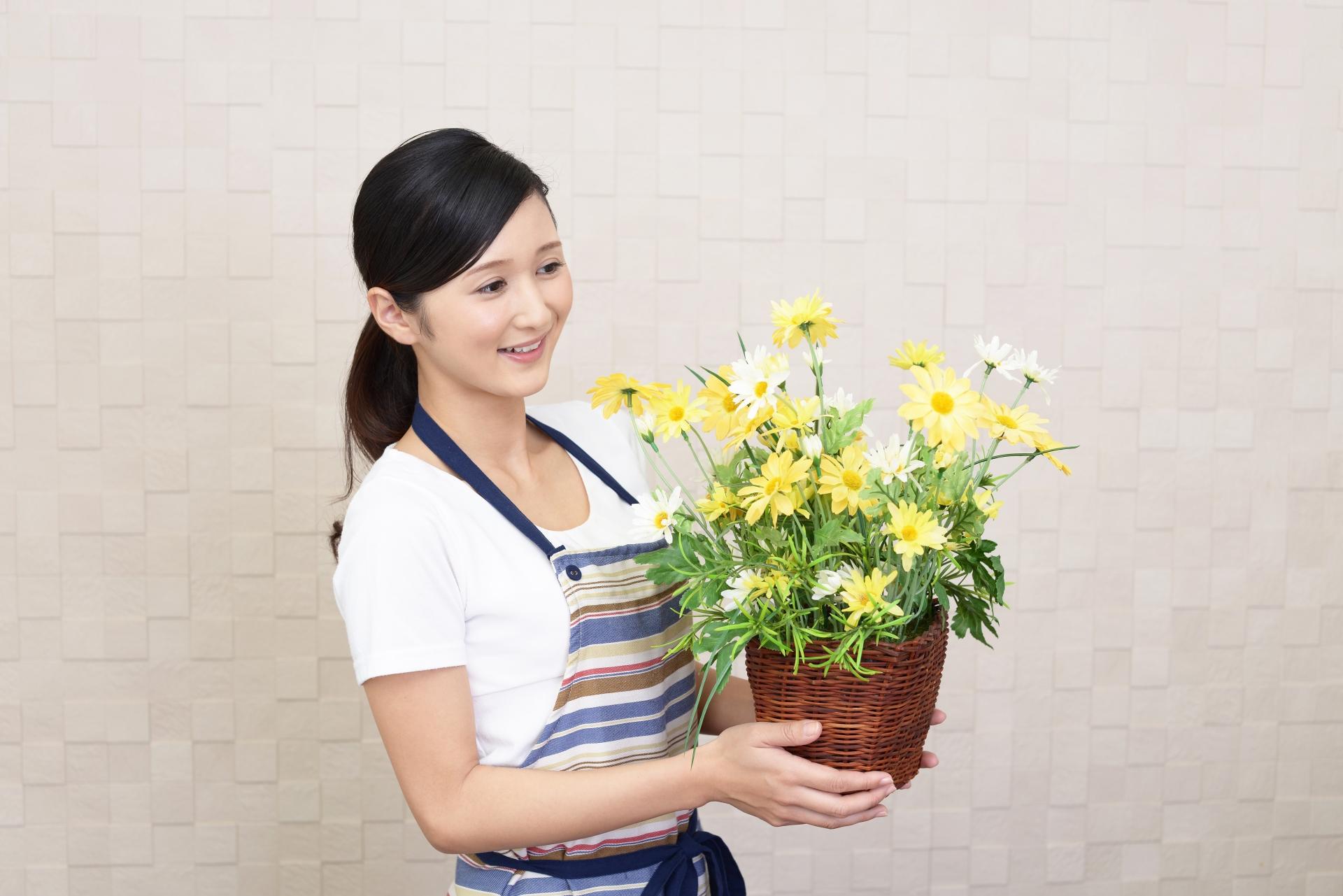 お花を植える女性の写真