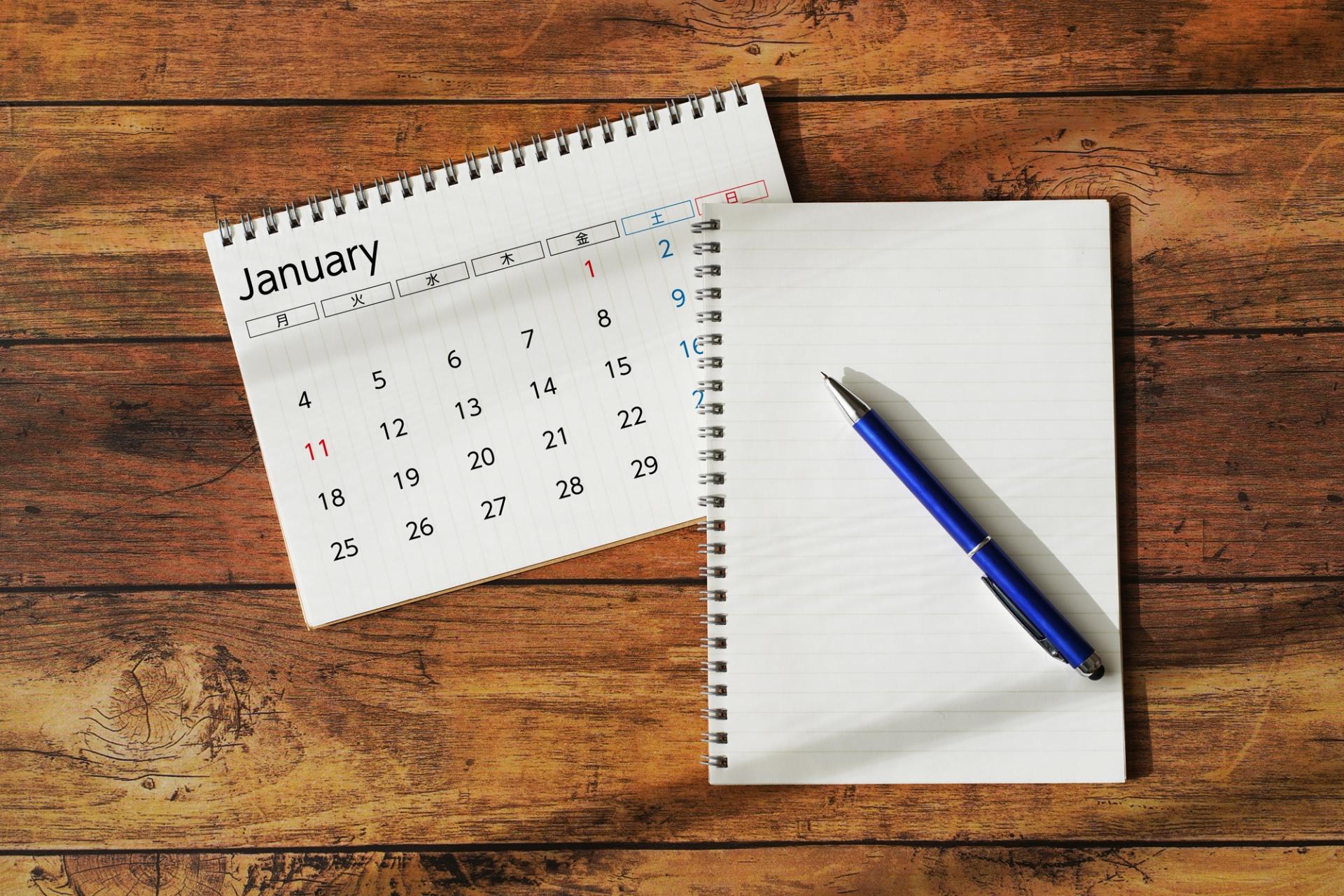 ノートとカレンダーの写真