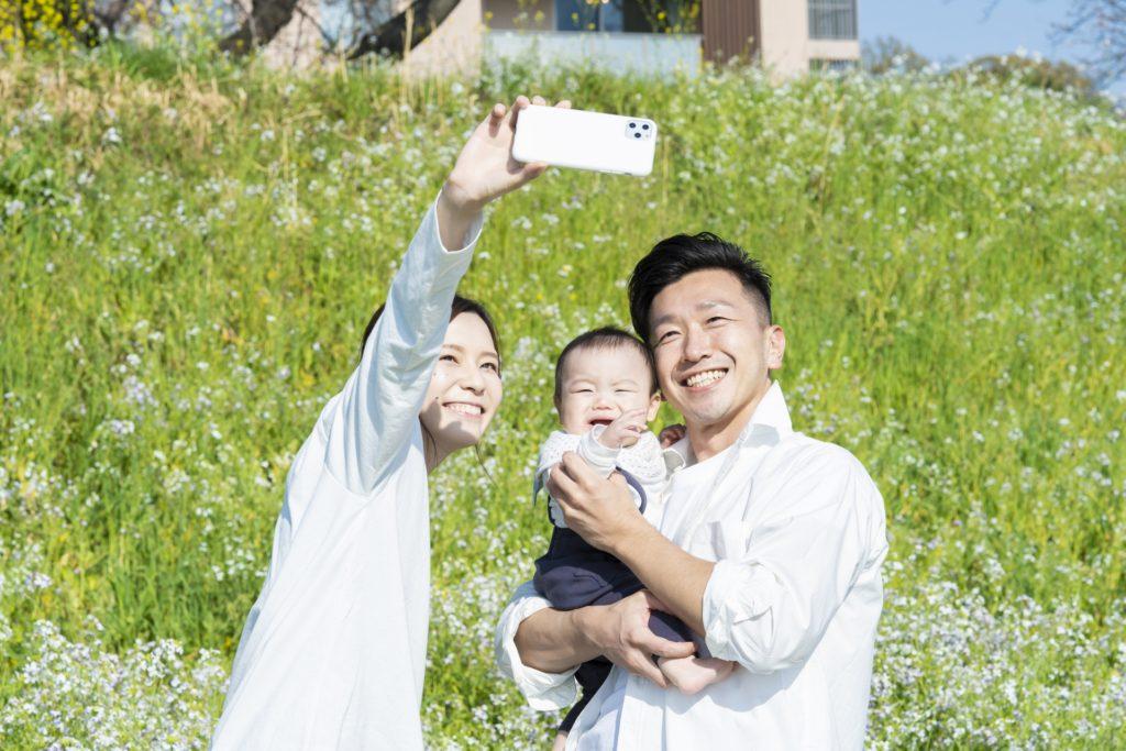 家族で写真を撮っている様子