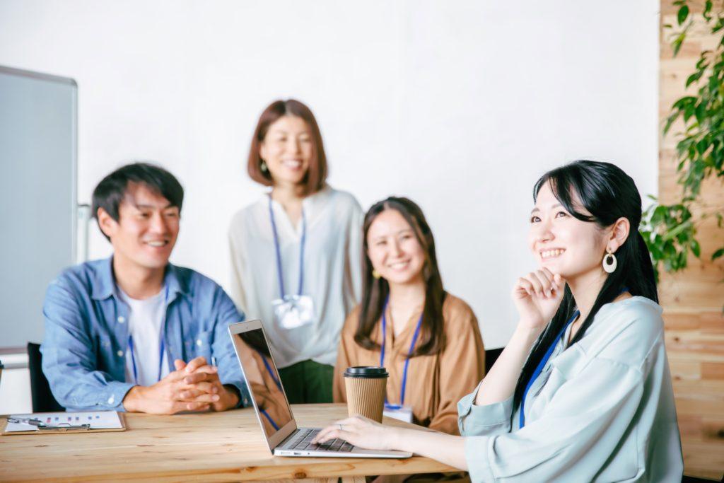 会社で会議している女性