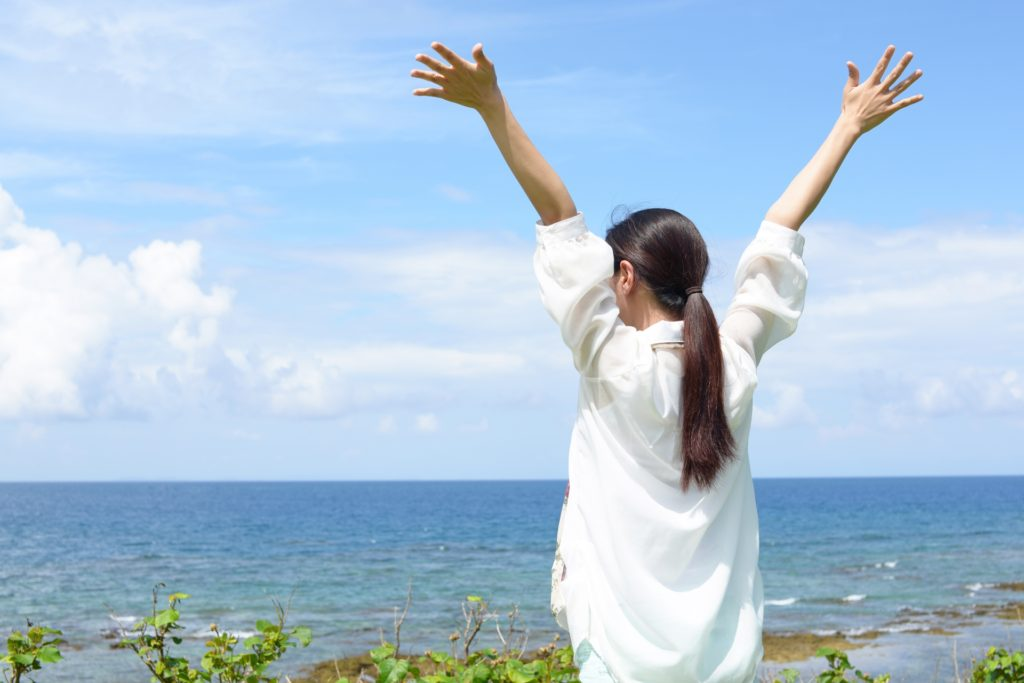 海で息抜きする女性の写真