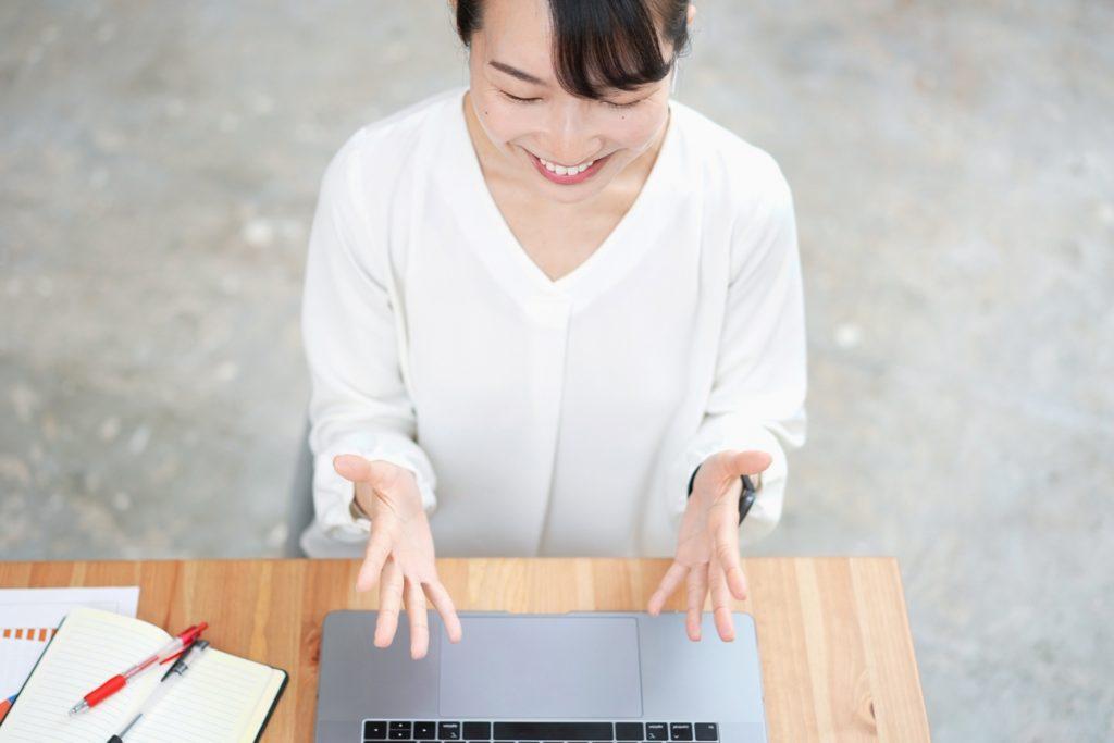 オンラインで会話を楽しむ女性の写真