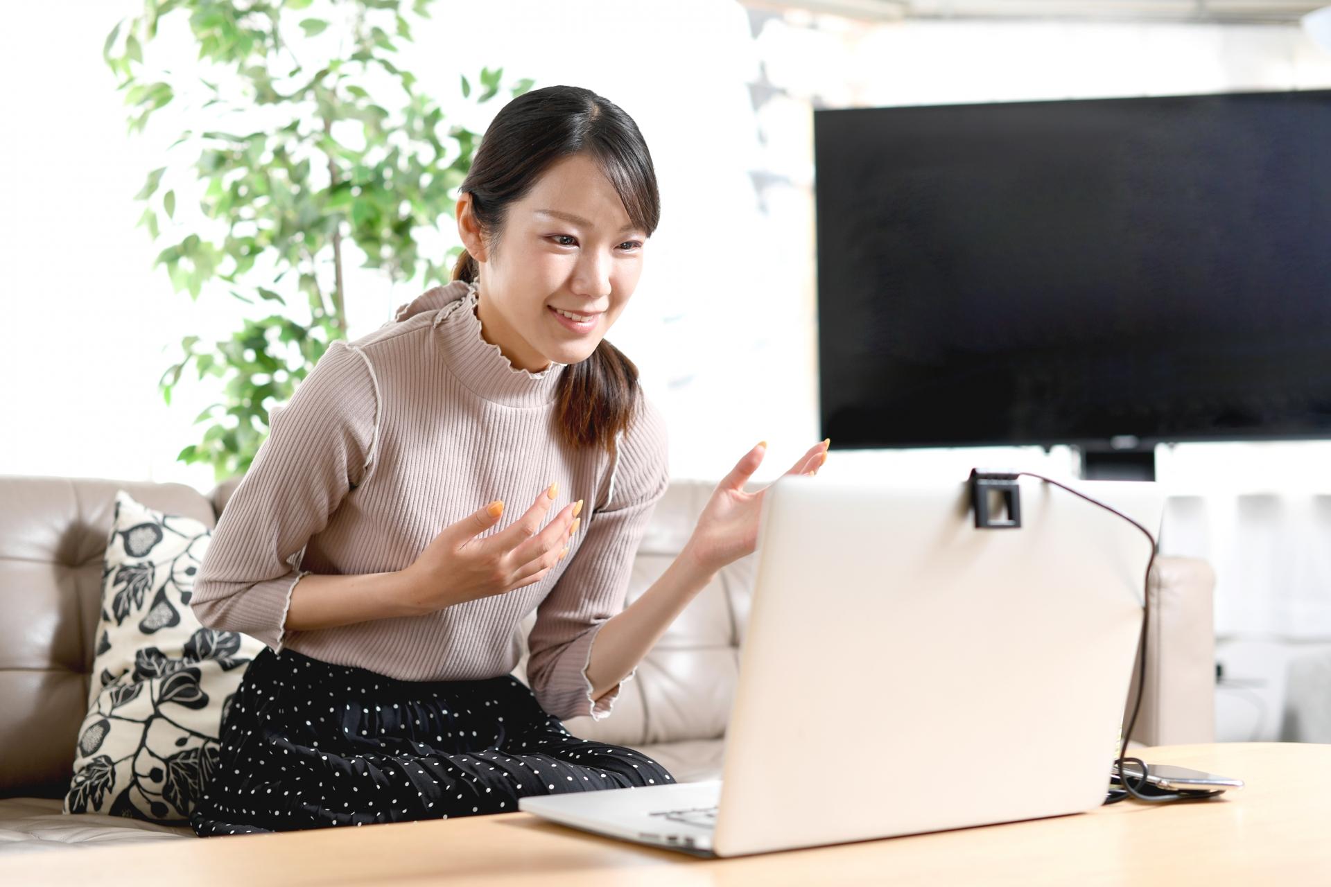 オンラインで英会話を学ぶ女性の写真