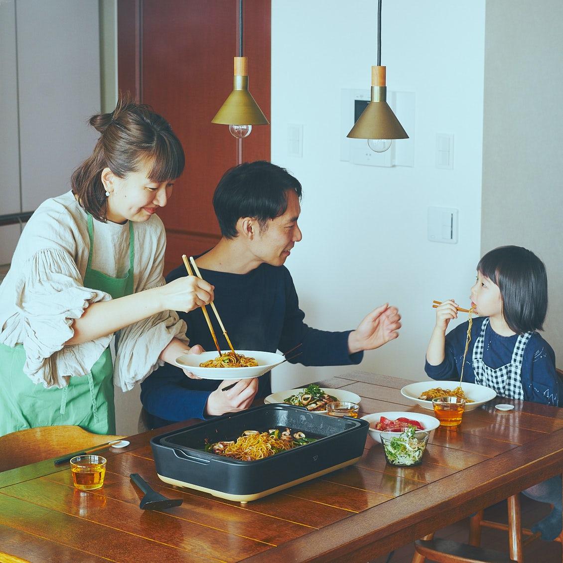 ホットプレート料理を楽しむ親子