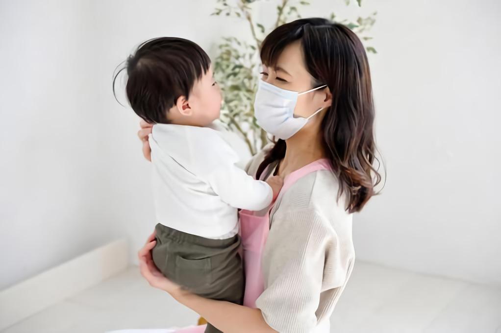 赤ちゃんをだっこする女性の写真